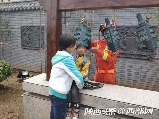 宝鸡四岁男孩贪玩,头被卡仿古编钟,宝鸡消防员紧急破拆救援。