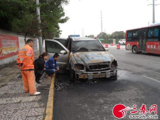 自燃的奔驰轿车车头损毁严重