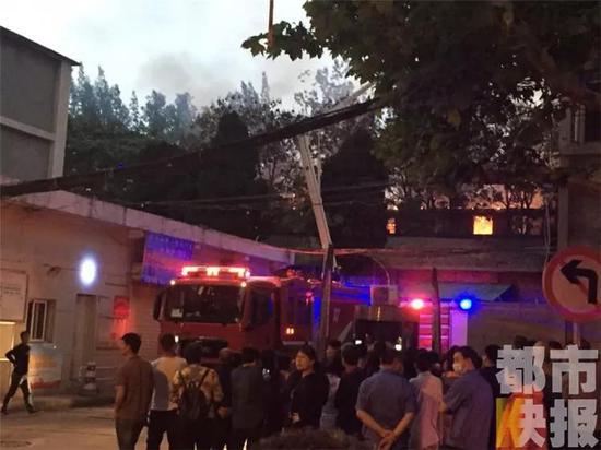 目前,目前楼内38户已经得到妥善安置,起火原因正在调查中。