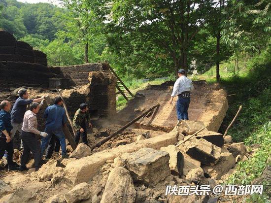 干部群众共同拆除危旧土坯房。