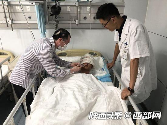 王某第一阶段手术成功,父亲正在给他喂水。