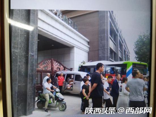 6月24日下午,宝鸡一辆公交车失控撞向赵家庄龙山花园小区大门