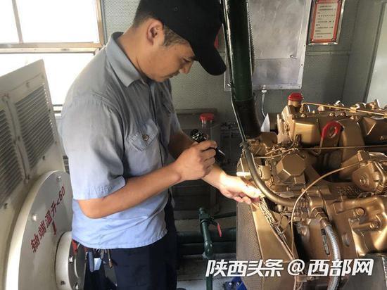 张丁凡在检查发电车内设备。