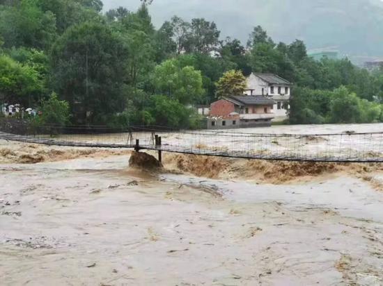 今天下午,洋县金水河河水漫上108国道,部分路段被水淹没。