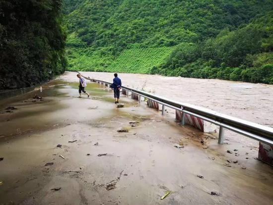 暴雨致西乡210国道多处道路受阻