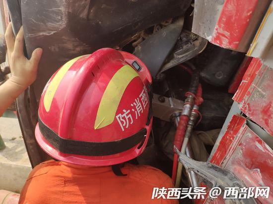 拉煤车侧翻司机被困驾驶室 消防紧急赶赴将其救出