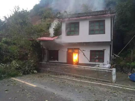 泥石流致G541国道附近村民房屋被毁 图片来源岚皋融媒体