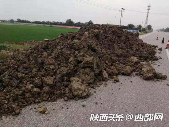 108国道改建工程咸阳段多县区被倒建筑垃圾。