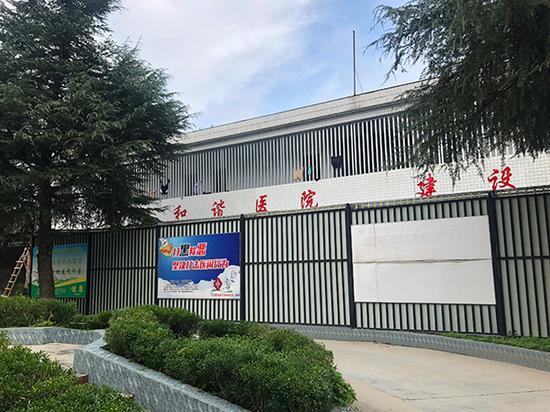 康宁精神病医院内的住院楼,事发地点在这座楼的二楼。