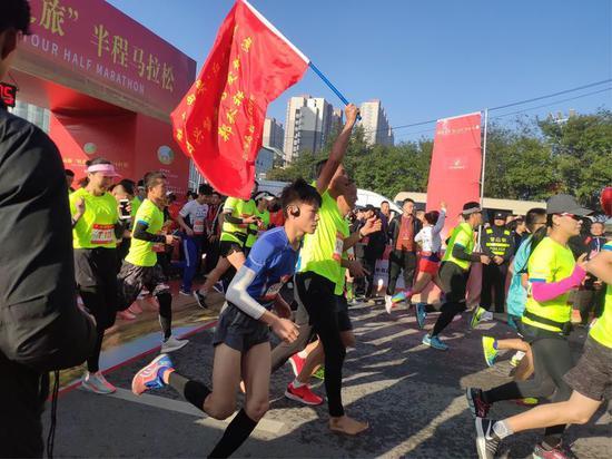 """2019高陵""""红色之旅""""半程马拉松赛鸣枪开跑"""
