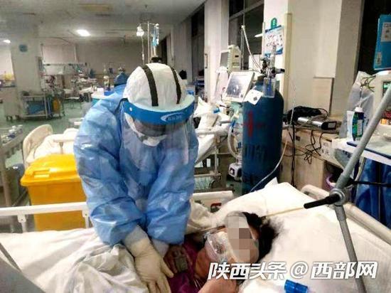 医护人员对患者进行救治