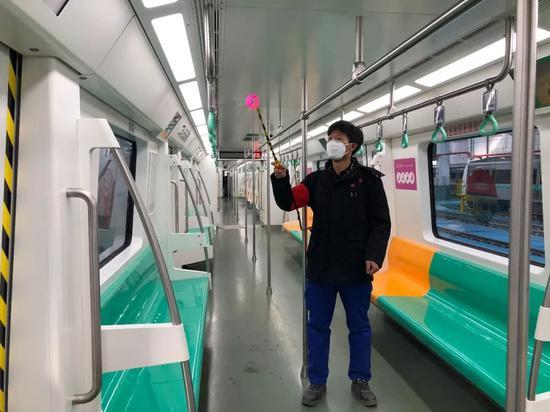 """西安地铁增设""""消毒地垫"""" 进站前请您认真""""踩一踩"""""""