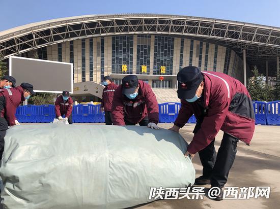 陕西省人民医院国家紧急救援队接管武钢体育中心青山方舱。