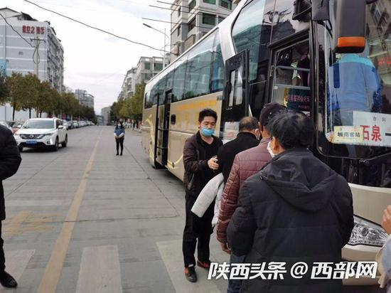 支持复工!包车+证明 陕西石泉政府包车送农民工去杭州