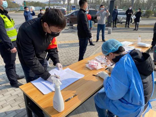 能源金贸区园办组织疫情免费核酸检测,助力项目建设单位开复