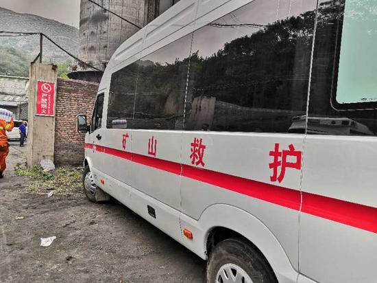 事故发生后,相关救援人员到场准备救援。