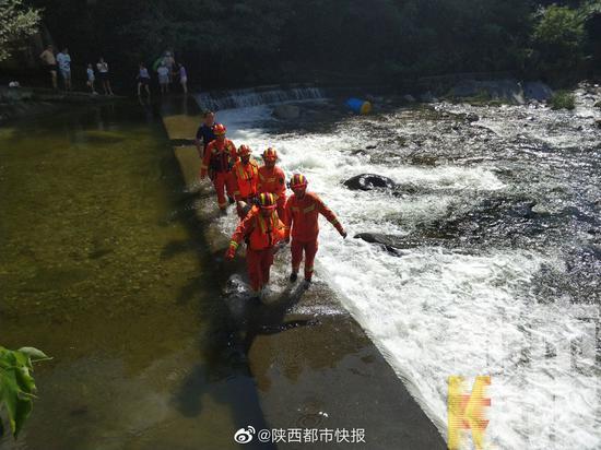 安康一男子汛期游泳不慎被困河中央 消防紧急救援