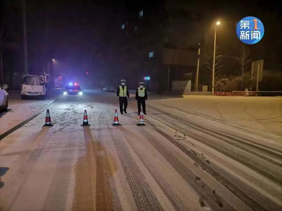 陕西全省多地飘雪 榆林境内多条高速公路交通临时管制