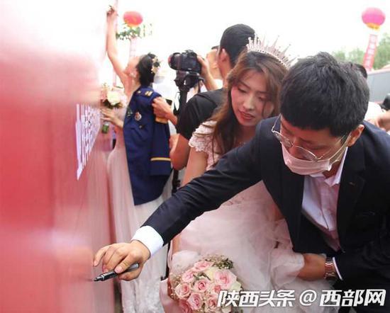 新人在集体婚礼现场签名。