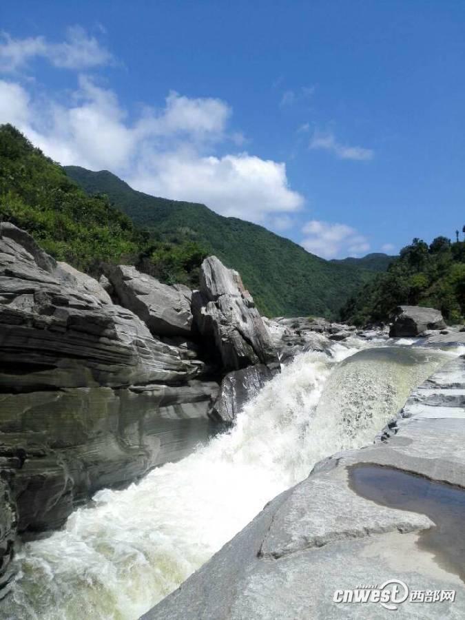 洋县男子瀑布顶拍照滑倒 姨母相救双双溺亡