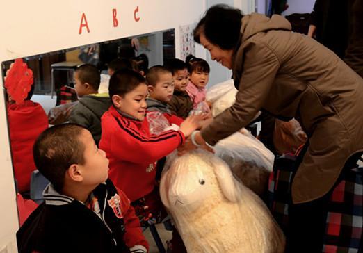 张凤英一行到西安儿童福利院慰问