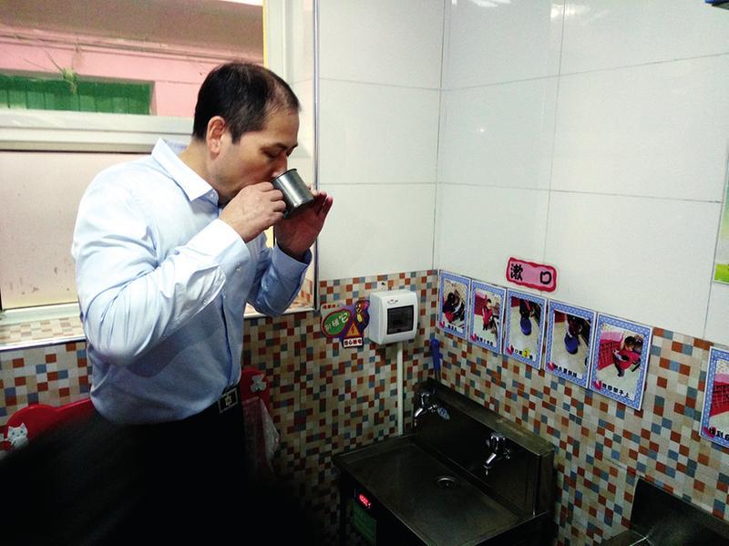 吕强检查幼儿园饮用水