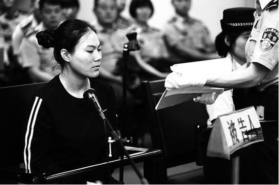 挪用百万公款坐上被告席 记者李宗华摄