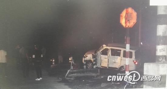 被撞的面包车。