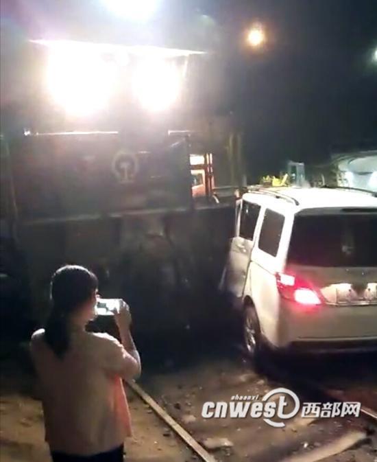 火车与面包车相撞事故现场。