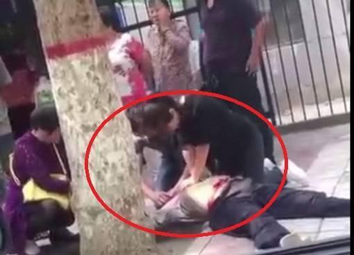 从路人拍摄的视频里可以看到,当时一名身穿黑衣的女子双手一直在按压昏迷男子的胸口。