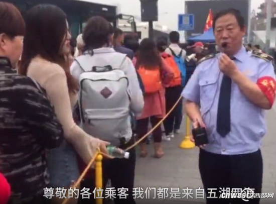 王小民用自创段子为游客带来快乐。