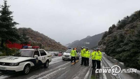 秦岭山区普降雨雪影响通行,交警正劝返无防滑措施车辆。