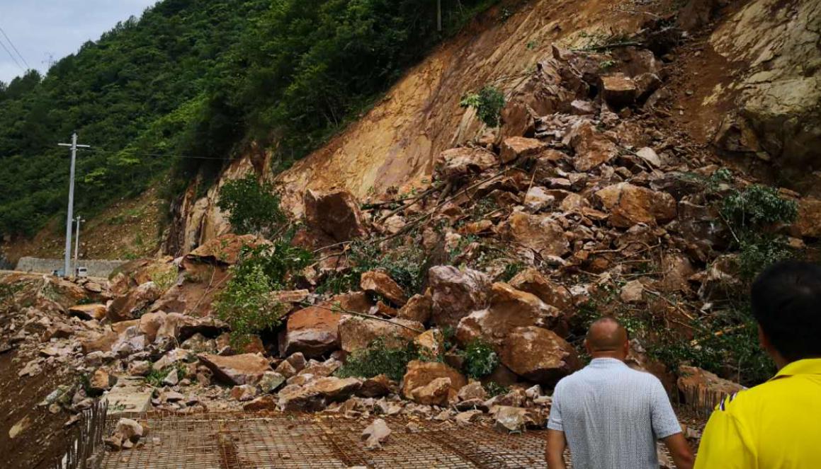 汉通公路突发暴雨、塌方阻断。