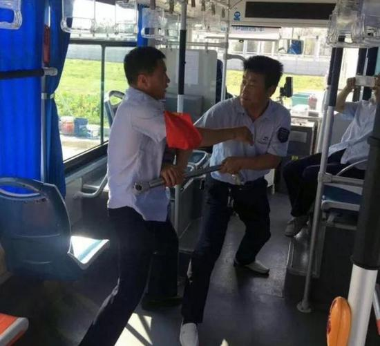 在人流密集站点加派安全员,保护乘客人身安全。