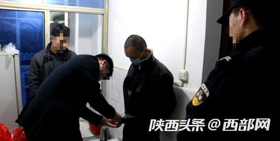 居民家经常有出入陌生人,略阳警方蹲守挖出一个吸贩毒团伙。