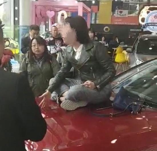 奔驰漏油事件女车主