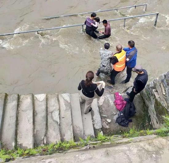 供电员工熊坤学纵身一跃,救了一个孩子