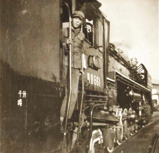 1973年6月,站在前进型蒸汽机车上的辛恒滨。