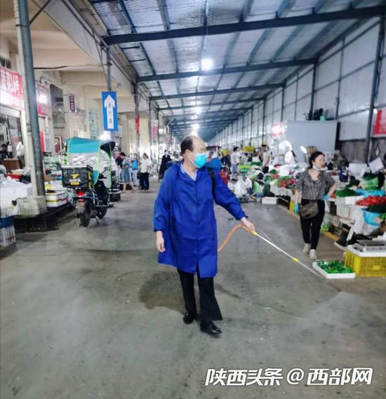 雁塔区鑫朱雀农贸批发市场每天分三个时间段对市场进行消杀工作。