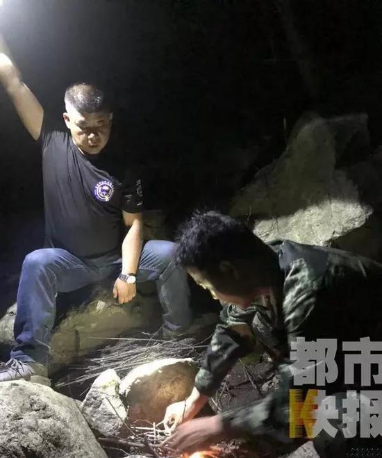 大熊护小熊扑倒西安博士生 200人5架无人机救回其生命