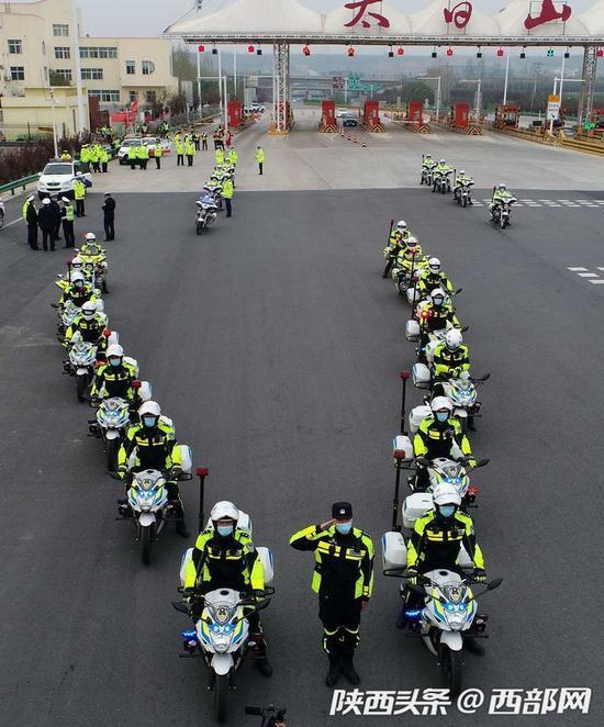 宝鸡交警最高礼迎接223名援湖北英雄到太白山下休养。