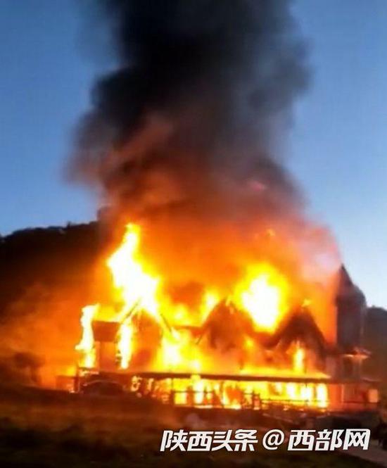 8月13日凌晨5时许,关山草原房车营地接待大厅突发火灾。