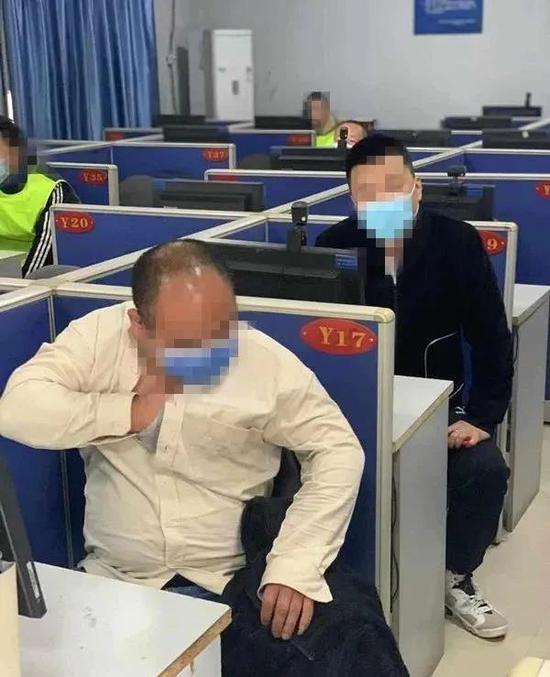 西安两考生驾驶证理论考试使用作弊器被民警查获