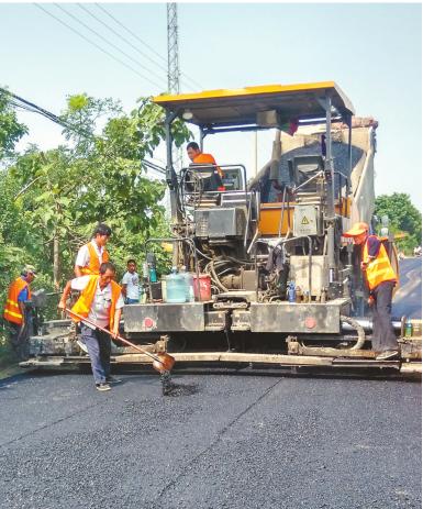 正在施工的乡村公路建设者。