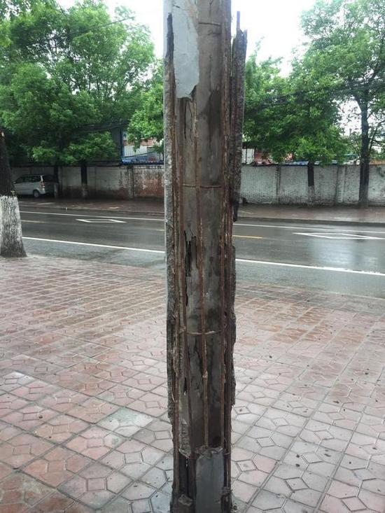 团结西路不少电线杆均有钢筋外露、整体倾斜的情况。