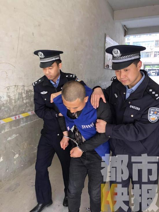 民警全副武装,落网的犯罪嫌疑人马上要对案发的现场进行指认。