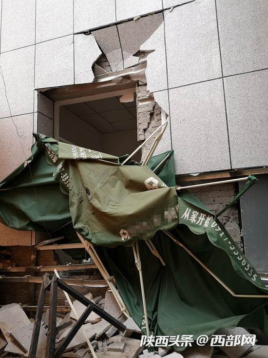 龙山花园小区外墙被撞受损