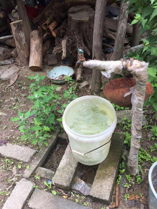 修建蓄水池后,经过沉淀过滤的水