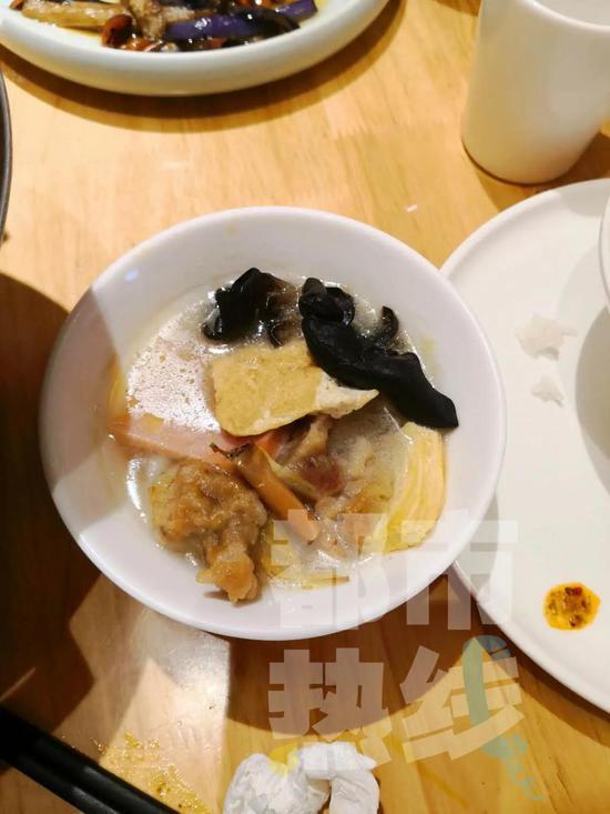 厨师向炒菜锅吐口水 西安苏福记城市立方店后厨监控视频曝光