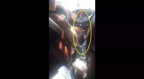 视频截图 司机用左手换挡